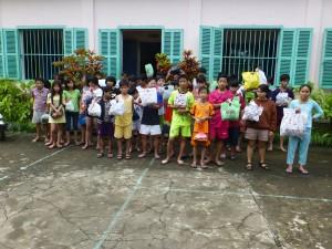 Die Kinder zeigen ihre Einkäufe